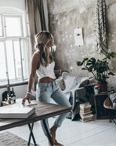 Loving the jeans and simple white tank combo. Looks especially good with that taught, tanned midsection Shabby Chic Style, Boho Chic, Mode Outfits, Casual Outfits, Fashion Outfits, Boho Mode, Mode Inspiration, Dress Me Up, Spring Summer Fashion