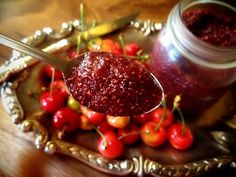 chia-cherry-summer-jam 4 cups organic cherries, pitted cup chia seeds, ground cup chia seeds, whole cup raw honey 1 Tbsp vanilla extract tsp sea salt Jelly Recipes, Whole Food Recipes, Healthy Treats, Healthy Recipes, Ground Chia Seeds, Summer Jam, Fruit Preserves, Jam On, No Sugar Foods