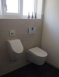 WC und Urinal geben gemeinsam ein perfektes Duo ab