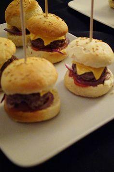 Hello tout le monde ! Aujourd'hui, je partage ma recette des mini burgers, que j'ai améliorée depuis la Star Wars Party. Je les voulais plus moelleux donc j'ai fait quelques ajustements, ce qui rend le pain presque parfait ! (Oui quand tu as mangé 10 burgers pendant un séjour aux US, tu deviens exigeante ^^)...