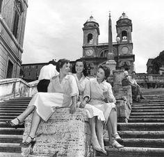 """Lucia Bosè, Cosetta Greco e Liliana Bonfatti in una scena di """"Le ragazze di piazza di Spagna"""" (Luciano Emmer, 1952)"""