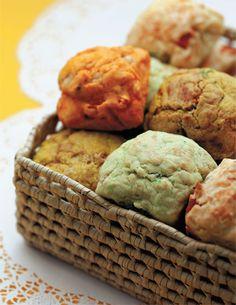 Faça muffin de ervas e de tomate, parmesão e manjericão