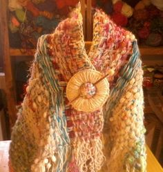 Poncho de lana natural y lana reciclada a telar manual.