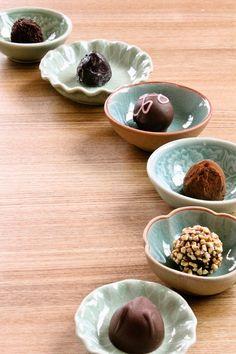 「豆皿」の魅力♡伝統柄の意味を知るともっと欲しくなる! - Locari(ロカリ) Kitchenware, Tableware, Dog Bowls, Ceramics, Dishes, Bowls, Ceramica, Dinnerware, Plate