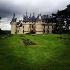 Visiting some Chateaux along the Loire in France today! Travel And Leisure, Castle, Louvre, France, Mansions, House Styles, Building, Instagram Posts, Mansion Houses
