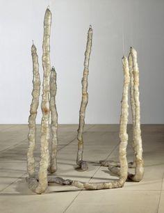 """Eva Hesse, """"Sans titre (Untitled (Seven Poles)"""", 1970. Les sculptures molles d'Eva Hesse (matériaux instables, latex) représentent une """"abstraction excentrique"""" dans le minimalisme des années 1960."""