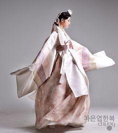 Traditional Japanese Kimono, Korean Traditional Dress, Traditional Fashion, Traditional Dresses, Korean Dress, Korean Outfits, Modern Hanbok, Korean Wedding, Unique Fashion