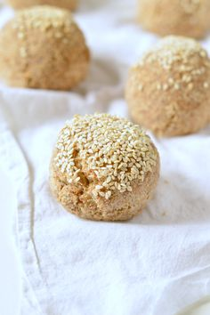 Keto bread rolls NO EGGS 100 Vegan Dairy free Low Carb Grain free Delicious crispy bread rolls made of almond flour coconut flour and psyllium husk Best Keto Bread, Vegan Bread, Low Carb Bread, Vegan Keto Diet, Vegan Keto Recipes, Low Carb Recipes, Ketogenic Diet, Vegetarian Keto, Keto Pancakes