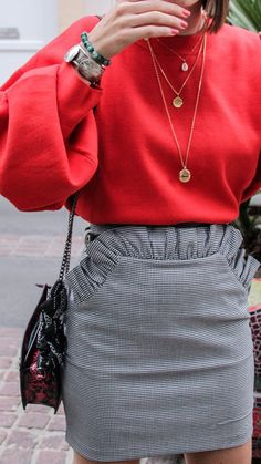 Colour pop - Pull loose rouge et jupe pied-de-poule H&M