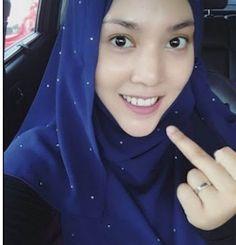 Shila Amzah tunjuk 'middle finger'? (3 gambar)   Kasihan Shila Amzah sampai kena fitnah sebegini dengan menggunakan software editor oleh seorang individu tidak dikenali. Semoga dia tabah dan orang yang memfitnahnya itu mendapat hidayah.Baca lagi  Gosip