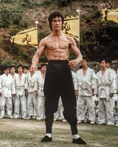 Enter The Dragon Robert Clouse) Bruce Lee Martial Arts, Self Defense Martial Arts, Film Warrior, Boxe Mma, Bruce Lee Pictures, Bruce Lee Movies, Bruce Lee Family, Sixpack Workout, Model Poses Photography