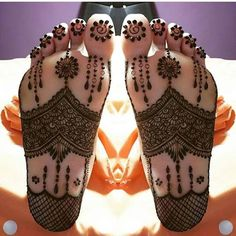 Another example of the mirror reflecting art, the design on both the feet are a complete replica of each other. The initial part of the feet is covered with veil sheet and flowers & leaves cover the entire foot and extending till the middle of the legs. This mehndi design is suitable for brides.
