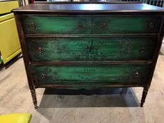 Here's a vintage dresser I finished today with a mix of Annie's greens; Antibes, Amsterdam, Florence and Provence , I then rubbed Java Gel over the paint to give it a shadowed aged feel! Chalkpaint™ by Annie Sloan. General finishes Java gel. Iron orchid transfer. Did you catch that last bit???? Yes Java Gel put on over paint ...brilliant products and then the transfer as last step.