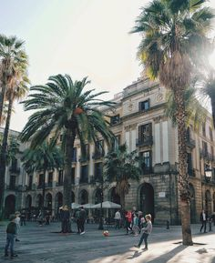 """6,191 Me gusta, 74 comentarios - Visit Barcelona (@visitbarcelona) en Instagram: """"One of our favorite spots in Barcelona is the Plaça Reial. Did you know that the two streetlamps on…"""""""
