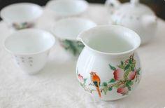 本物の味をどうぞ! 風清堂 鳥の中国茶器 茶海    #bird #tableware #tea #utensils #torimizuki Ceramics Pottery Mugs, Ceramic Pottery, Chinoiserie, Sugar Bowl, Tea Set, Bowl Set, Tea Time, High Tea, Pottery