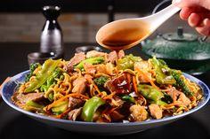 O molho shoyu deixa a receita ainda mais saborosa.