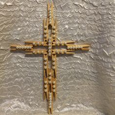 show me clothespin crosses with flowers Clothespin Cross, Wooden Clothespin Crafts, Wooden Clothespins, Diy Crafts For Gifts, Homemade Crafts, Summer Crafts, Craft Stick Crafts, Craft Ideas, Wooden Crosses