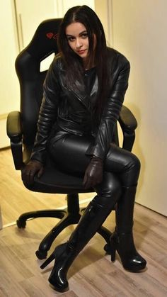 Leder Lady - black is beautiful - Leather Gloves, Leather And Lace, Black Leather, Leather Jackets, Leather Pants Outfit, Leder Outfits, Estilo Rock, Sexy Latex, Sexy Boots
