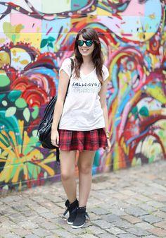 Lia Camargo from www.justlia.com.br wears    . Botinha Petite Jolie • Saia xadrez rodada Forever 21 • Camiseta branca Zara • Mochila de couro preta Topshop • Relógio dourado Casio • Óculos espelhados Asos • Pulseiras Zara