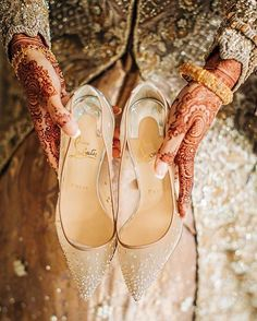What's Good To Choose For Wedding: Bridal Flats Or High Heels? Bridal Flats, Wedding Shoes, Bridal Footwear, Backyard Wedding Lighting, Indian Shoes, Beautiful High Heels, Unique Wedding Favors, Some Girls, Bridal Outfits
