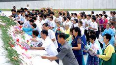 위대한 김일성동지와 김정일동지의 동상에 조국해방 71돐에 즈음하여 꽃바구니 진정