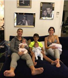 Georgina Rodriguez partilhou uma fotografia com Cristiano Ronaldo e com os quatro filhos do jogador português. A imagem foi publicada no Instagram.