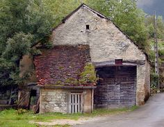 this barn in France must be at least 200+ years old.......and it's STILL standing tall!!! awesome ♥