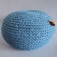 Návod na háčkovaný puf ze špagátů - s všitým zipem Knitted Pouf, Knitted Blankets, Crochet Shawl, Knit Crochet, Homemade Wraps, Diy Scarf, Shawls And Wraps, Doilies, Burlap