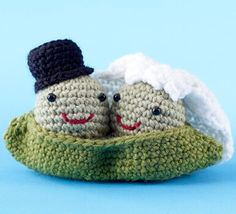Give the happy couple the gift of a smile when you present the completed Two Peas in a Pod Amigurumi Crochet Pattern. This adorable crochet amigurumi wedding gift is a sweet way to say congratulations and to stand out. Crochet Animal Amigurumi, Crochet Amigurumi Free Patterns, Crochet Animals, Crochet Dolls, Crocheted Toys, Knitting Patterns, Crochet Food, Love Crochet, Crochet Gifts