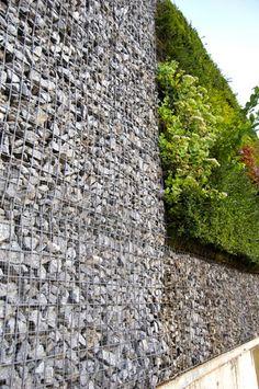 El muro de gaviones y el muro vegetal, una alternativa a la contención de tierras Facade Design, Wall Design, Landscape Walls, Landscape Design, Vertical Green Wall, Green Facade, Gabion Wall, House In Nature, Roof Architecture