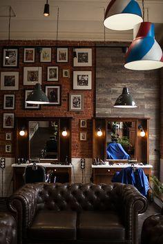 Barbershop Mr.Right Парикмахерская Mr.Right, которую ее создатели на английский манер называют барбершопом, открылась в Блиновском пассаже — идеальном помещении как с точки зрения атмосферы, так и городской локации. Дизайн интерьера