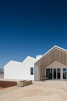 sobreiras - alentejo park hotel, em portugal | projeto: fat | o maior módulo abriga a recepção e outras áreas comuns