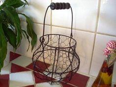 Panier à oeufs de forme arrondie réalisé en fil de fer grillagé aspect vieilli avec sa poignée en bois et son intérieur en tissu lin, deco campagne rétro