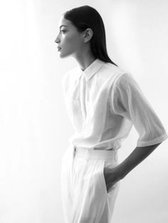 All white minimalism - White blouse and white pants Minimal Fashion, White Fashion, Timeless Fashion, Spring Fashion, Capsule Wardrobe, Minimalism Living, Style Minimaliste, White Outfits, Summer Outfits