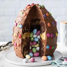 Dieser bunte Osterei-Kuchen ist dieses Jahr der Star auf deinem Ostertisch und wird nach dem Anschneiden mit seiner süßen Füllung alle begeistern.