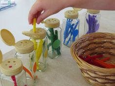 These empty spice jars are perfect for threading and Sorting coloured pipe cleaners by learning 4 kids OF (stukjes) chenilledraden laten steken in de plastic doos in de juiste kleur Color Activities Kindergarten, Colour Activities, Early Learning, Kids Learning, Sorting Colors, Sensory Games, 4 Kids, Children, Taste The Rainbow