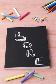 Personaliza los cuadernos de una manera muy sencilla, sólo necesitas escribir el nombre de tu pequeño o tu pequeña con ayuda de un gis, ¡Se verán MUY originales!