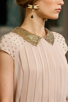 Tory Burch Fall 2013 RTW - Vogue pleats and gold sequins Super Moda, Fashion Week, Womens Fashion, High Fashion, Mein Style, Fashion Details, Fashion Design, Online Fashion Stores, Blouse Designs