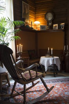 Kirjaston alkuperäinen kulmapenkki verhoiltiin uudestaan. Keinutuoli on kuulunut talon vanhalle isännälle. Ruukkupalmut kuuluvat 1920-luvun porvariskodin sisustukseen.