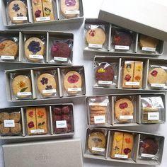 """かわいいお菓子、かわいい紙もの、かわいいお店やイベントなど、ちょっとでもかわいいものを見つけたらなんでも集めてしまう、""""かわいいもの""""のコレクションサイト。略して""""カワコレ(kawacolle)""""。"""