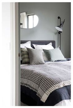 t te de lit anthracite et mur gris kaki d coration int rieur pinterest. Black Bedroom Furniture Sets. Home Design Ideas