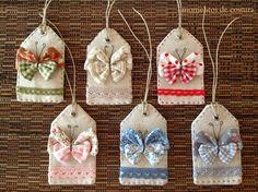 Momentos de Costura etiquetas para organizar e classificar os tecidos por cores… Fabric Gifts, Fabric Tags, Fabric Scraps, Felt Crafts, Diy And Crafts, Sewing Crafts, Sewing Projects, Lavender Bags, Book Markers