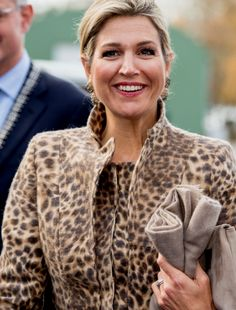 November: Queen Máxima paid a surprise visit to the Roessingh Rehabilitation Centre in Enschede. King Alexander, Dutch Queen, Princesa Real, Leo Love, Royal Tiaras, Dutch Royalty, Queen Maxima, Royal Fashion, Cool Outfits