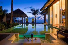 """モルディブの言葉で""""美しい島""""を意味する南マーレ環礁にあるラグジュアリーホテル「ナラドゥ モルディブ バイ アナンタラ(Naladhu Maldives by Anantara)」。素晴らしいビーチが広がるモルディブには珍しく、プライベートなプールを満喫できるホテルとして人気が高い。"""