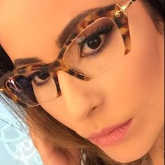 Alexandra Draff usa sua armação Miu Miu! As lentes cortadas do modelo garantem um visual mais moderno e ousado. #compreoseu #compreonline #miumiu #oticaswanny #fretegratis #lançamentos #amamos #wanny