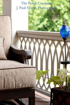 Porch railing can be a good idea because it gives a safe place for kids to not going out from home. Here are some porch railing ideas to make your home more eye catching. Aluminum Porch Railing, Wood Deck Railing, Front Porch Railings, Railing Ideas, Porch Railing Designs, Outdoor Railings, Balcony Railing Design, Porch Columns, Porch Entry