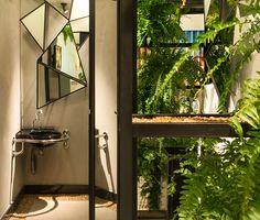 Casa Cor Pernambuco 2015 - Lavabo Masculino by Fernanda Antunes e Milena Sotero.   LAV MASTER DE CANTO-EBANO - L.76.95  http://www.deca.com.br/produtos/lavatorio-suspenso-master-de-canto-com-mesa-cubas-suspensas-ebano-l7695  TORN LAV MESA ALTA DN15 LINK CONFORTO-CR - 1196.C.LNK  http://www.deca.com.br/produtos/torneira-de-mesa-bica-alta-para-lavatorio-link-cromado-1196clnk