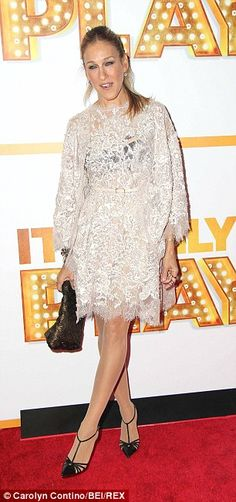 L'actrice Sarah Jessica Parker alias 'Sex in the City' de TV Carrie Bradshaw dans une robe Elie Saab formelle à la soirée d'ouverture de 'Ce est qu'un jeu' sur Broadway