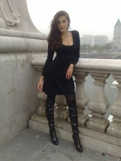 How to wear thigh high boots without looking like a hooker? With tights and a short black dress. Cozy Fashion, Fashion Boots, Fashion Outfits, Sexy Stiefel, Botas Sexy, Wellies Boots, Sexy Boots, Dress With Boots, Thigh High Boots