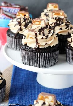 Snickers Cupcakes, Snickers Candy Bar, Snickers Cheesecake, Cupcake Frosting, Cupcake Cakes, Cup Cakes, Chocolate Cupcakes Filled, Chocolate Cake, Peanut Butter Icing